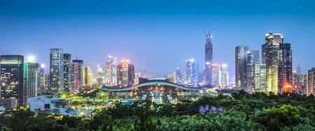 Shenzhen, China horizonte de la ciudad en el crepúsculo. Foto de archivo