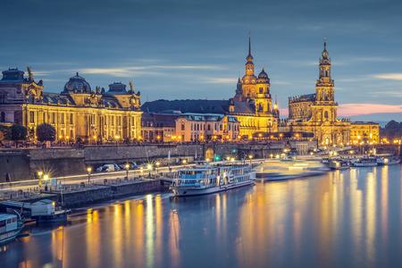 エルベ川、ドイツのドレスデンの街並み。 写真素材 - 30129020