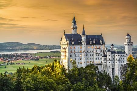 Schloss Neuschwanstein in den bayerischen Alpen von Deutschland. Editorial