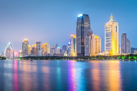 Xiamen, China skyline bij schemering. Stockfoto