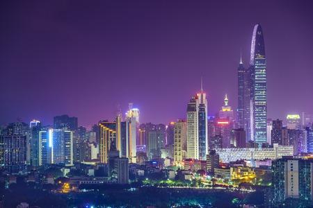 深セン、中国ミステリーで街のスカイライン。 写真素材