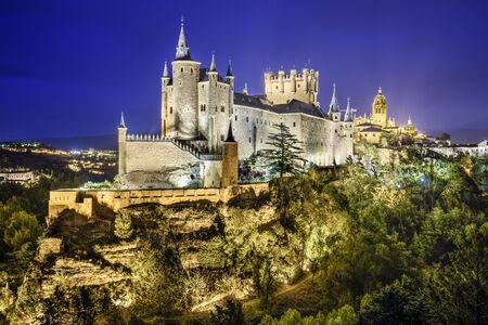 Segovia, Spanje stad skyline met het Alcazar in de nacht.