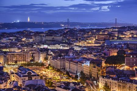 夜のリスボン、ポルトガルのスカイライン。 写真素材