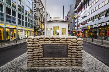 BERLIN, DEUTSCHLAND - 20. September 2014: Checkpoint Charlie. Der Grenzübergang zwischen Ost- und Westberlin wurde zum Symbol des Kalten Krieges. Standard-Bild - 32911843