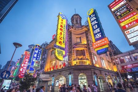 상해, 중국 - 2014 년 6 월 16 일 : 난징 도로에 조명 네온 표지판. 거리는 도시의 주요 쇼핑 도로입니다.