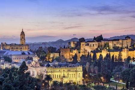 マラガの大聖堂、市庁舎、アルカサバの要塞で、スペインのマラガの街並み。