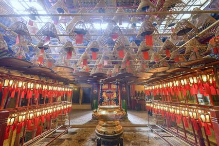 홍콩, 중국 -2010 년 5 월 17 일 : 남자 모 사원의 인테리어입니다. 1847 년에 세워진이 사원은 민간인 인 청 (Man Chong)과 콴 타이 (Kwan Tai)에게  에디토리얼