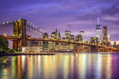 New York, New York, USA Skyline der Stadt mit der Brooklyn Bridge und Manhattan Financial District über den East River.