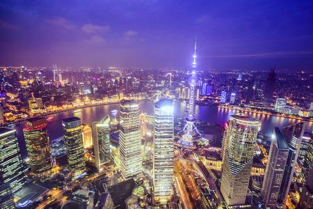 상하이, 중국 도시의 스카이 라인은 푸동 금융 지구를 통해 볼 수 있습니다.