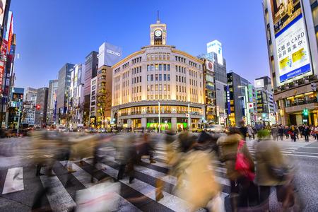 Tokyo, Japan - 25. Dezember 2012: Die Ginza Bezirk in Wako Kaufhaus. Der Bezirk bietet High-End-Einzelhandel einkaufen.