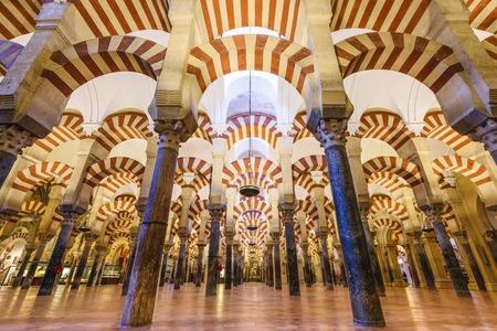 CORDOBA, SPANJE - CIRCA 2014: Mezquita. De site onderging conversie van een kerk aan een moskee en weer terug, met de huidige kathedraal gebouwd in de 10e eeuw moskee.
