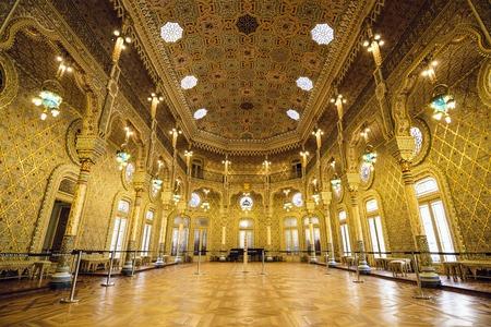 dorado: OPORTO, PORTUGAL - 15 de octubre 2014: El Palacio de la Bolsa (Palacio de la Bolsa) en la habitación árabe. El palacio fue construido en el siglo 19 por la Asociación Comercial de la ciudad. Editorial