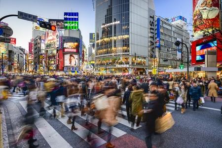 TOKIO, JAP�N - 14 de diciembre de 2012: Los peatones caminan en Shibuya Crossing. El paso de peatones scrambe es uno de los m�s grandes del mundo. Editorial