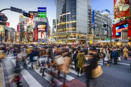 TOKYO, JAPAN - 14 december 2012: Voetgangers lopen in Shibuya Crossing. De scrambe zebrapad is een van de grootste in de wereld. Redactioneel