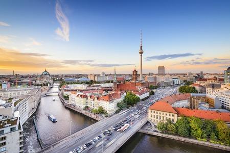 Berlijn, Duitsland skyline aan de rivier de Spree. Stockfoto
