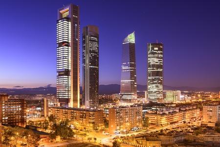 Madrid, Spanien Finanzbezirks-Skyline in der Dämmerung. Standard-Bild