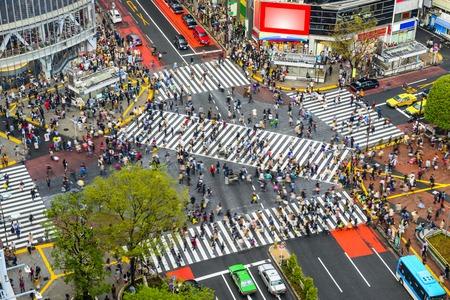 東京都渋谷の交差点、世界で最も忙しい横断歩道の 1 つのビュー。