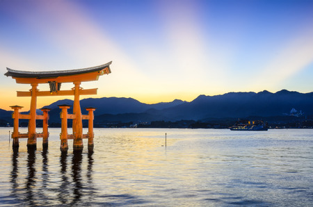 Miyajima, Japan at the famed floating Torii gate. 版權商用圖片 - 117388542