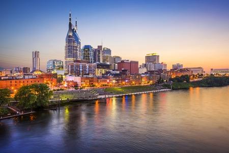 tennesse: Nashville, Tennessee, EE.UU. horizonte de la ciudad en el r�o Cumberland. Foto de archivo