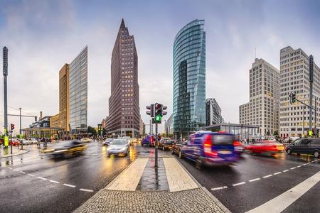 베를린의 포츠담 광장 (Potsdamer Platz) 금융 지구 독일 도시의 스카이 라인. 스톡 콘텐츠