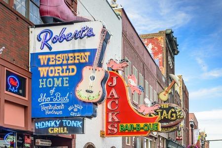 tennesse: NASHVILLE, TENNESSEE - 14 de junio 2013: Honky Tonks en el Lower-Broadway. El distrito es famoso por los numerosos establecimientos de ocio de la música country.