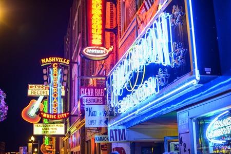 Nashville, Tennessee - 16 juni 2013: tingeltangels op Lower Broadway. De wijk staat bekend om de vele country muziek entertainment vestigingen. Redactioneel