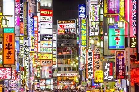 TOKYO, JAPAN - 14 maart 2014: Tekenen dichtbevolkte lijn een steegje in Kabuki-cho. Het gebied is een gerenommeerde nachtleven en red-light district.