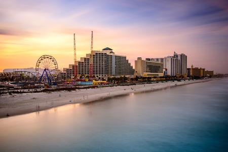 米国、フロリダ州デイトナビーチのビーチに面したスカイライン