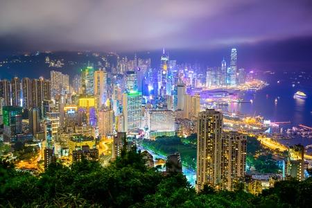홍콩, 밤에 중국 도시의 스카이 라인.