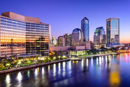 Jacksonville, Florida, EE.UU. horizonte de la ciudad sobre el río St. Johns en la madrugada.