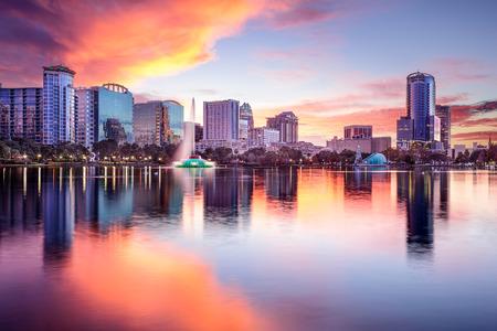 �sunset: Orlando, Florida, EE.UU. horizonte del centro de la ciudad de Eola Park. Foto de archivo