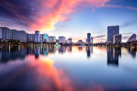 Orlando, Florida, USA skyline di downtown a Eola lago.