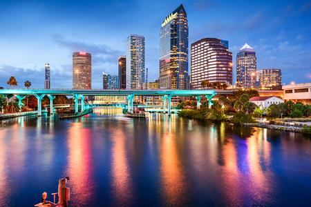 Tampa, Florida, USA skyline del centro città sul fiume Hillsborough.