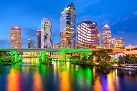 Tampa, Florida, EE.UU. horizonte del centro de la ciudad en el río Hillsborough.
