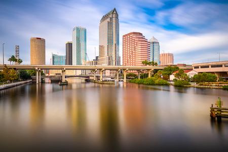 탬파, 플로리다, 미국 시내 도시의 스카이 라인 힐스 버 러 강에.