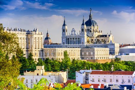 zakelijk: Madrid, Spanje skyline bij Santa Maria la Real de La Almudena kathedraal en het Koninklijk Paleis. Redactioneel