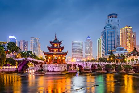 Guiyang, China Skyline bei Jiaxiu Pavillon auf der Nanming River. Lizenzfreie Bilder