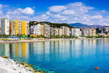 Malaga, Spanje skyline strand van Playa de la Malagueta.