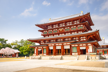 奈良県薬師寺の黄金のホールで。
