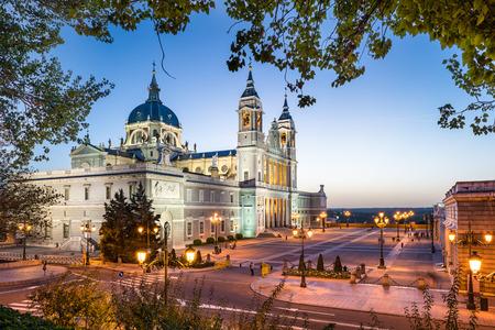 Madrid, Spanien La Almudena-Kathedrale und dem Königspalast.