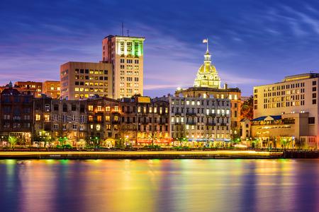 Savannah, Georgia, USA riverfront skyline at twilight. 免版税图像