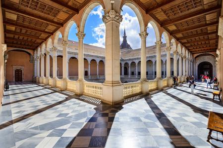 TOLEDO, SPANJE - 11 november 2014: Alcazar van Toledo, Spanje op de binnenplaats. Ooit gebruikt als een Romeins paleis, de Spaanse herstelde de Alcazar in de 16e eeuw.