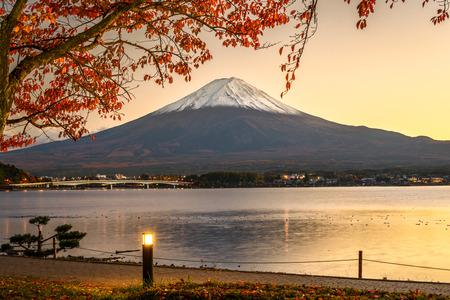 Mt. Fuji with autumn foliage at Lake Kawaguchi in Japan. Standard-Bild