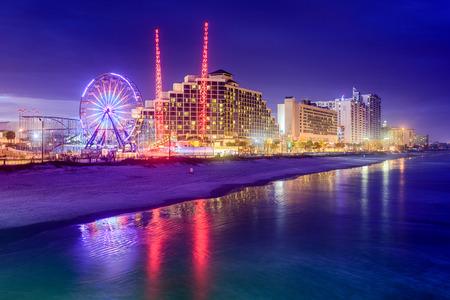 米国、フロリダ州デイトナビーチは夜のビーチに面したスカイライン。