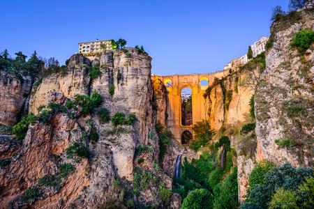 Ronda, Spanje bij Puente Nuevo Bridge in de schemering.