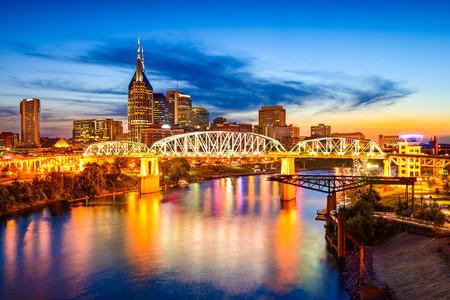 米国テネシー州、ナッシュビル ダウンタウン街のスカイライン。 写真素材