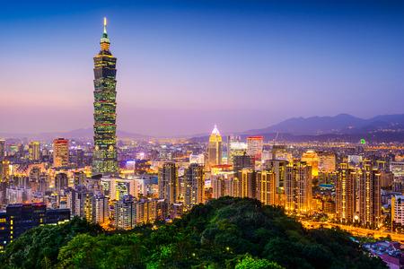Taipei, Taiwan skyline van de stad bij schemering.