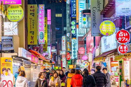 SEOUL, COREE DU SUD - 14 février 2013: La foule profiter de la vie nocturne de district Myeong-Dong à Séoul. Éditoriale