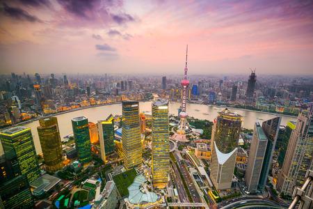 金融地区、上海、中国の黄浦江を望む景観