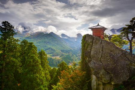 山形県山寺山寺の小さな神社の建物です。